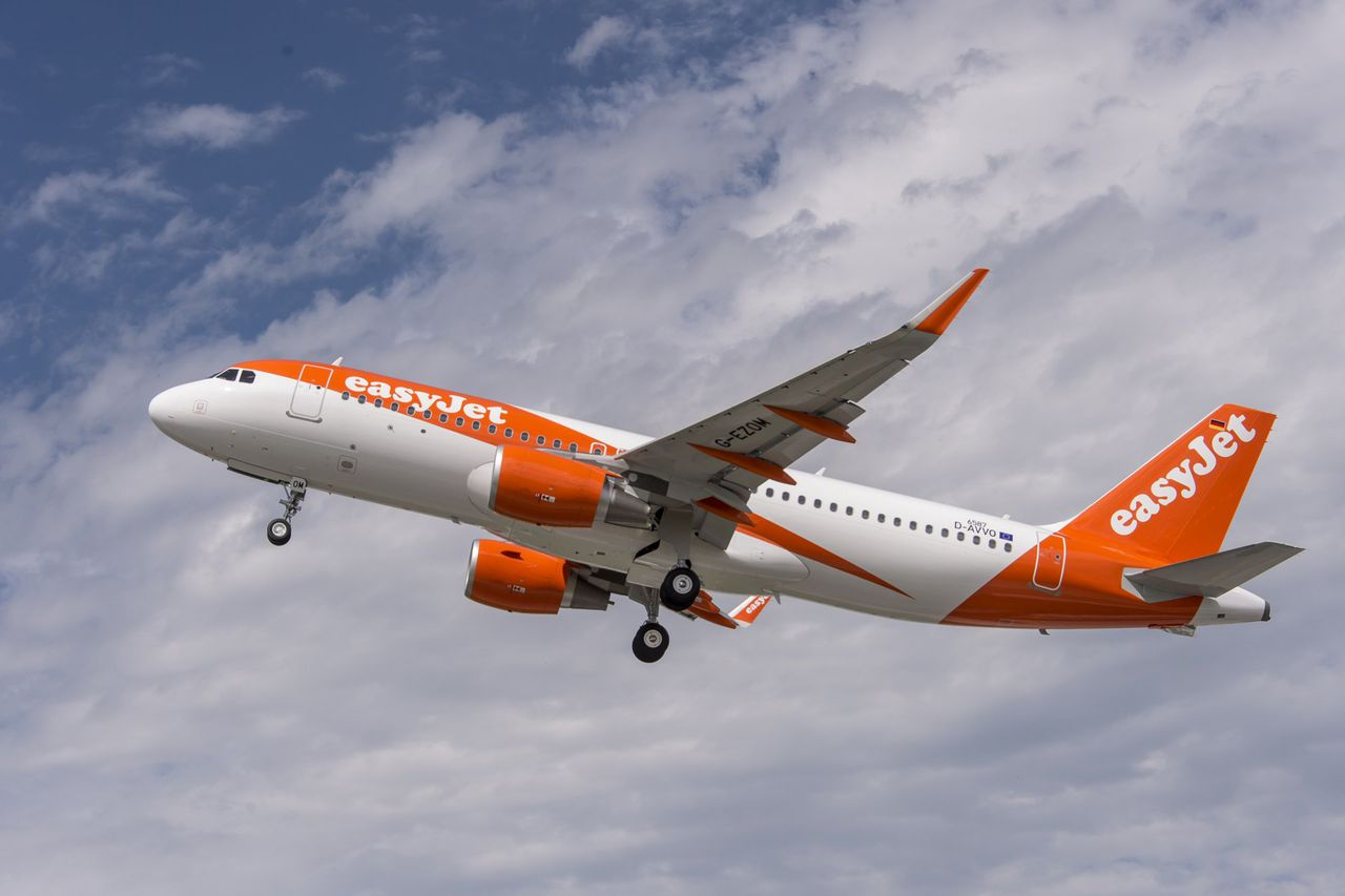 photo a320_easyjet_new_livery_2015