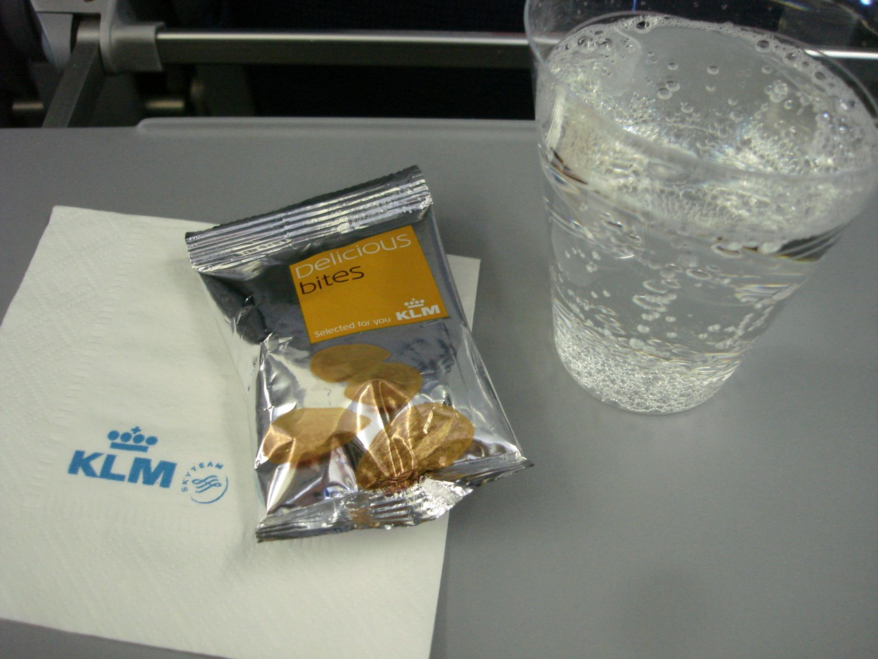 photo 27-sept-departure-montreal-inflight-snacking1